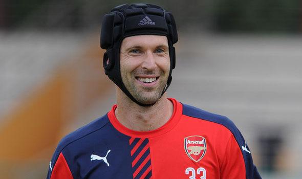 Nhờ có Cech, những cầu thủ tuyến trên như Giroud thấy tự tin hơn vì phía sau là một hậu phương vững chắc. Ảnh: Reuters.