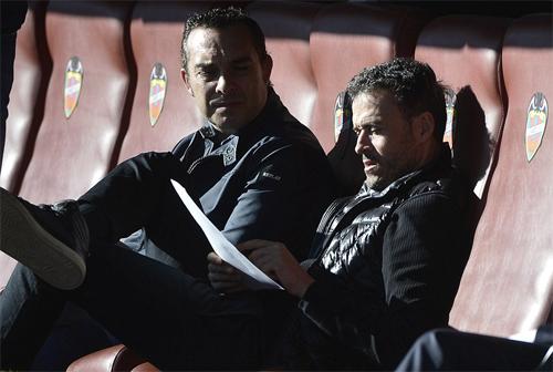 Luis Enrique (phải) đang đặt dấu ấn riêng trên băng ghế chỉ đạo Barca. Ảnh: Reuters