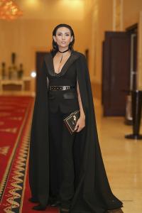 Hoàng yến quyền quý trong bộ thời trang màu đen