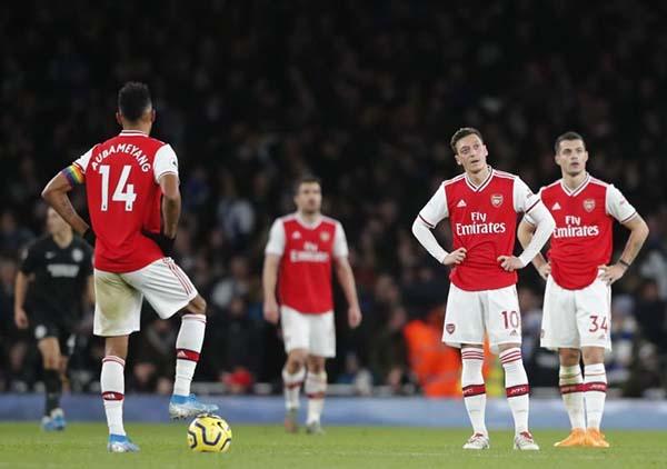 Arsenal thua ngay trên sân nhà - Nội bộ còn sứt mẻ
